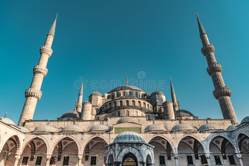 Sultan Ahmed Blue Mosque p? den bl?a timmen i Istanbul, Turkiet - ottomanmosk? - muselmanb?nst?lle arkivfoto