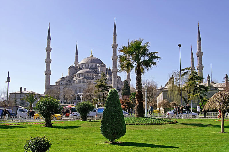 Sultan Ahmed Mosque (Blue Mosque) and tourists in Istanbul, Turkey stock photography