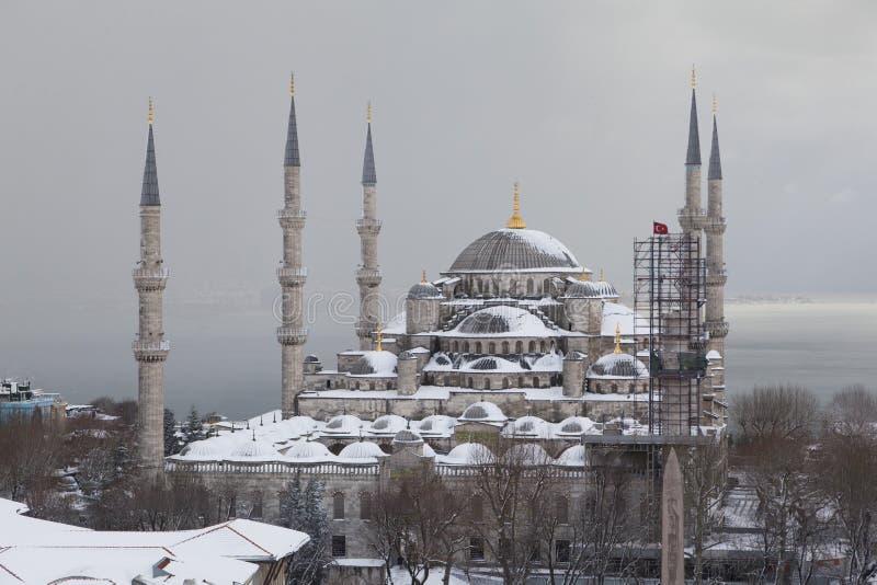 Sultan Ahmed Mosque i snön royaltyfri bild