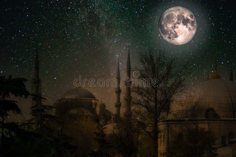 Sultan Ahmed Mosque nachts, mit sternenklarem Himmel und Vollmond lizenzfreie stockbilder