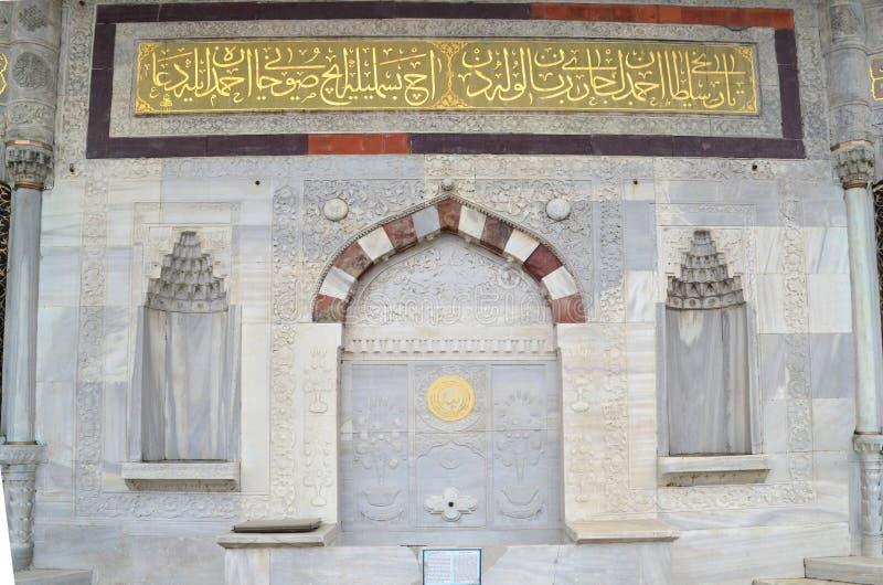 Sultan Ahmet III springbrunn nära det Topkapi museet arkivbilder