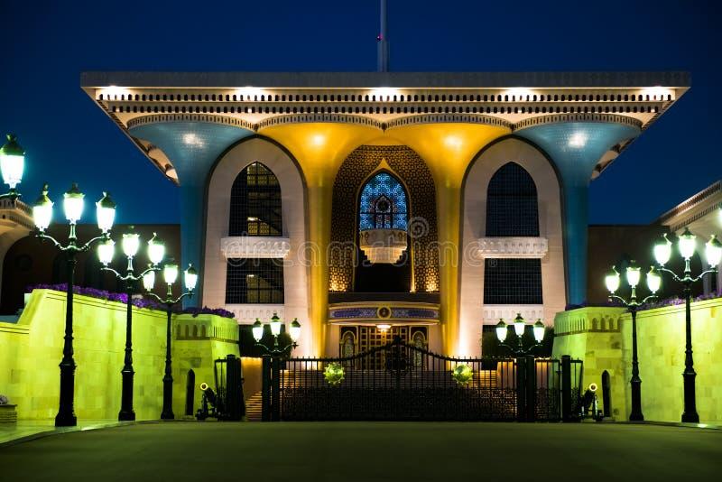 Sultan de palais de l'Oman dans Muscat, Oman Palais lumineux dans Muscat photos libres de droits