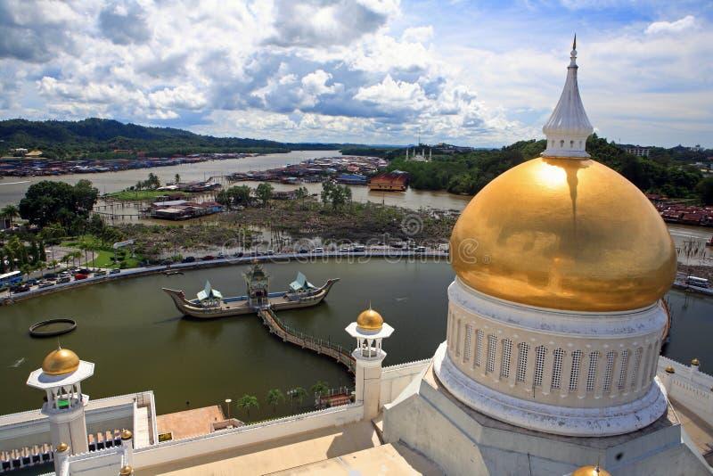 Sultan Omar Ali Saifuddien Mosque com Sultan Bolkiah Mahligai Barge, Brunei Darussalam fotos de stock royalty free