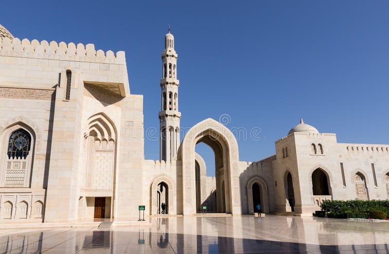 Sultan Qaboos Grand Mosque i Muscat, Oman royaltyfria bilder