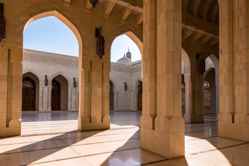 Sultan Qaboos Grand Mosque i Muscat, Oman royaltyfria foton