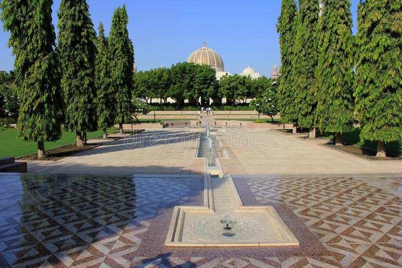 Sultan Qaboos Grand Mosque sikt från trädgården royaltyfria bilder