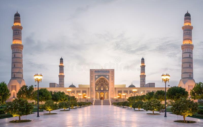 Sultan Qaboos Mosque i Sohar efter solnedgång, Oman, mellersta öst royaltyfri fotografi