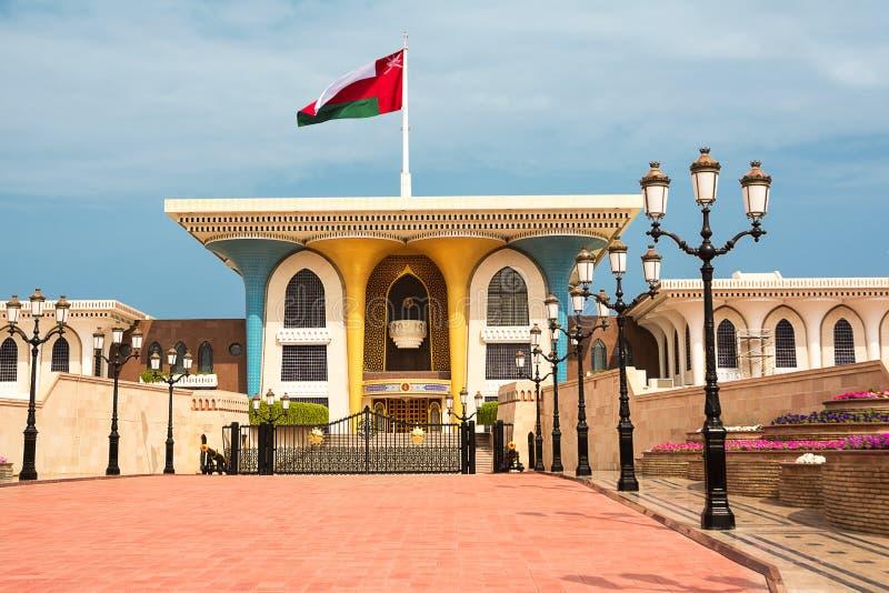 Sultan Qaboos Palace i Muscat med flaggan i vinden royaltyfri bild