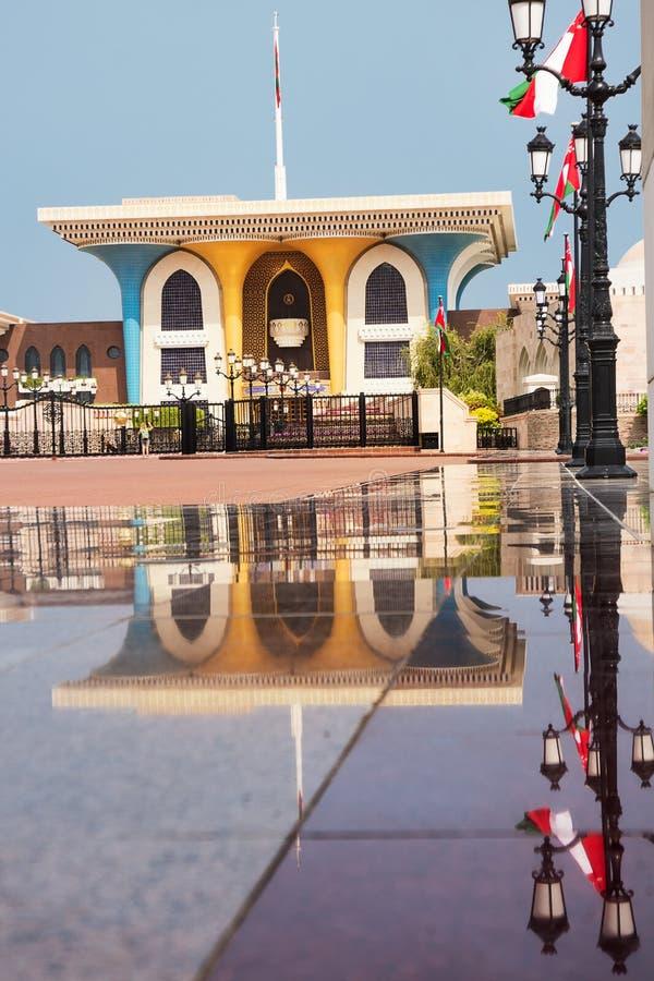 Sultan Qaboos Palace i Muscat och reflexioner på marmorn arkivfoto