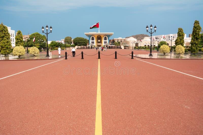 Sultan Qaboos-paleis in Muscateldruif met toeristen stock foto's
