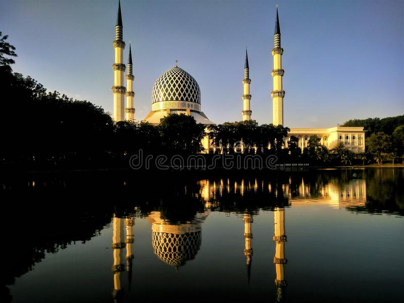 Sultan Salahuddin Abdul Aziz Shah moské i Shah Alam, Selangor arkivfoton