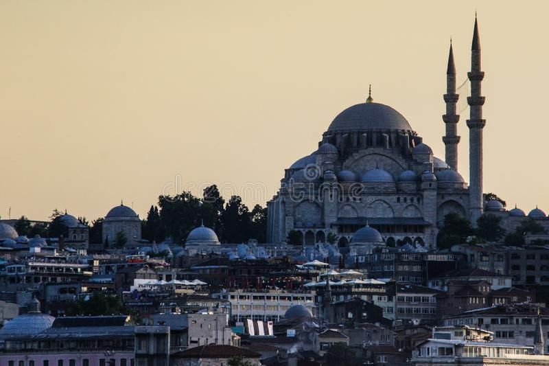 Sultanahmetmoskee met minaters dichtbij Bosphorus bij zonsondergang royalty-vrije stock fotografie