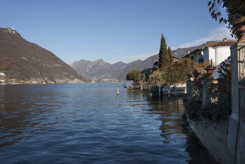 Sulzano sjö Iseo, Italien royaltyfria foton