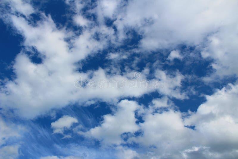 Sumário, ar, fundo, bonito, beleza, azul, brilhante, nuvem, nebulosa, cor, ambiente, macio, céu, alto, claro, natura imagens de stock royalty free