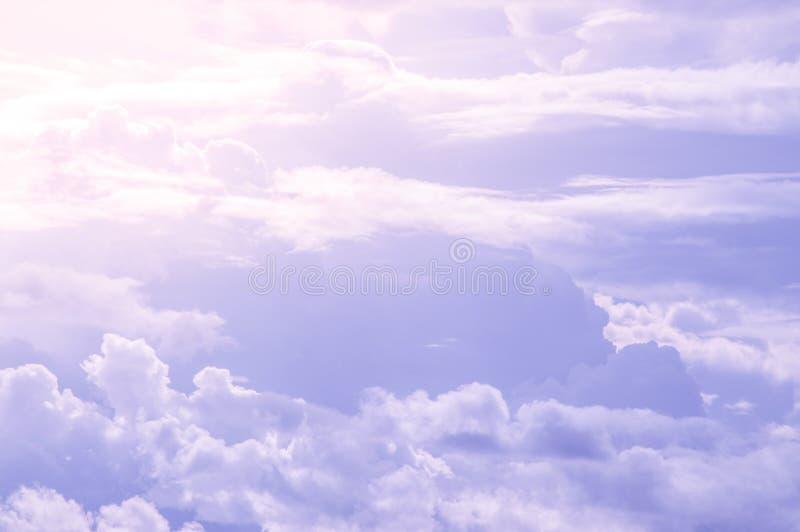 Sumário bonito do céu azul e da nuvem, usado como o fundo e a textura foto de stock royalty free