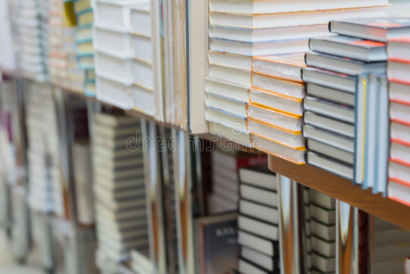Sumário borrado das paradas dos livros, dos livros de texto ou da ficção nas livrarias ou na biblioteca Educação, escola, estudo, fotos de stock