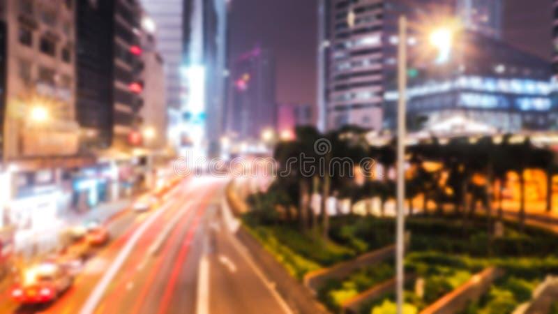 Sumário borrado do tráfego na noite Está indo chover: o borrão dos veículos é carros, bar, ônibus, motocicleta, é rápido fotografia de stock