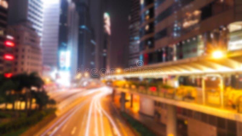 Sumário borrado do tráfego na noite Está indo chover: o borrão dos veículos é carros, bar, ônibus, motocicleta, é rápido foto de stock