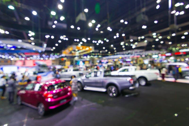 Sumário borrado, no salão de exposição público do evento que mostra carros e o modelo novo fotografia de stock royalty free