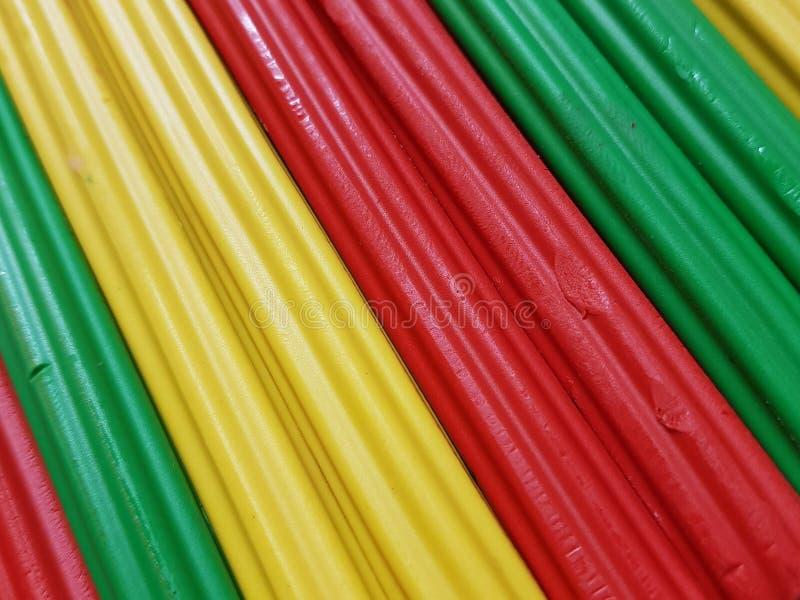 sumário com as barras do plasticine na cor verde, amarela e vermelha, no fundo e na textura fotografia de stock royalty free