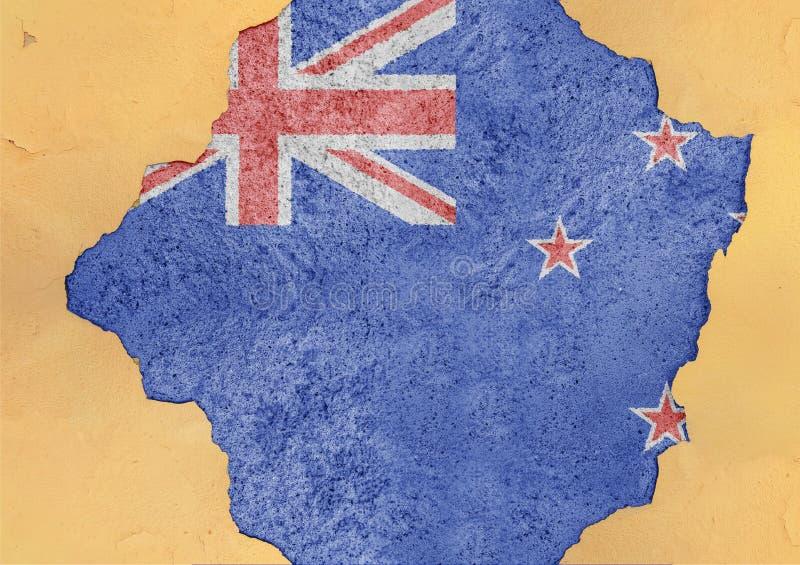 Sumário da bandeira de Nova Zelândia no furo danificado grande do rancor da estrutura da fachada fotos de stock