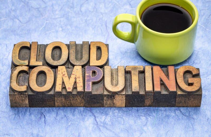 Sumário de computação da palavra da nuvem no tipo de madeira fotos de stock royalty free