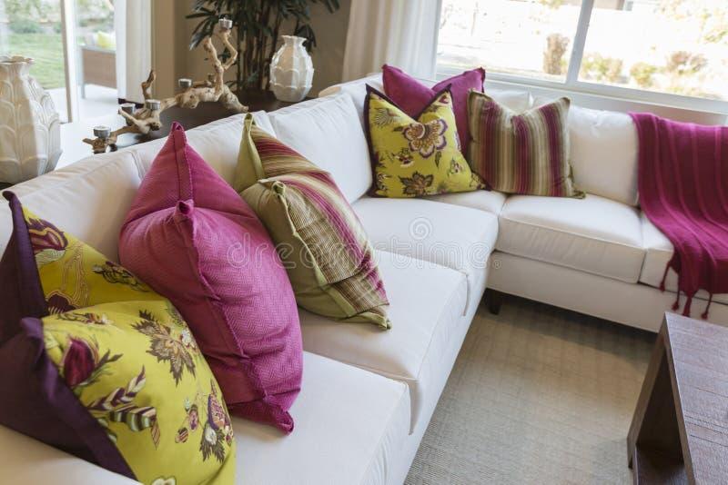 Sumário de convidar a área de assento colorida do sofá imagens de stock