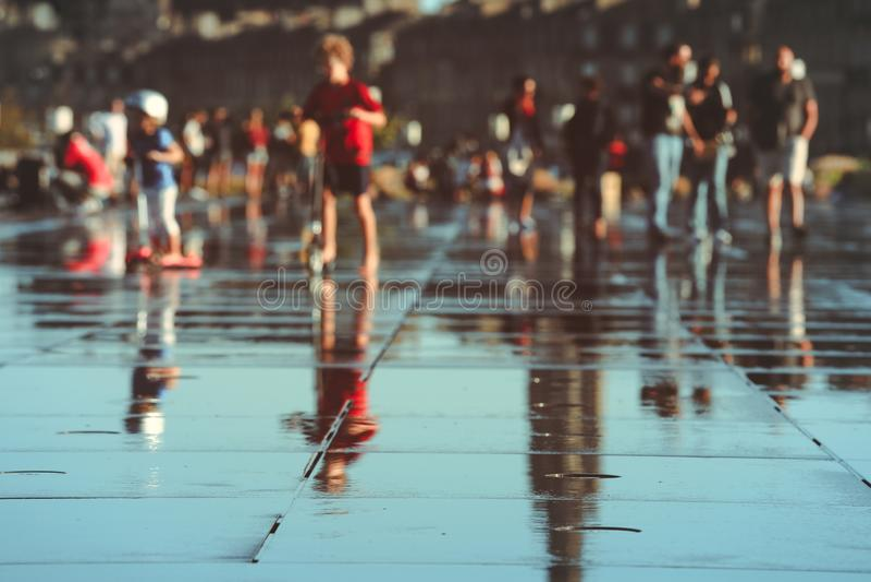 Sumário dos povos no espelho da água no Bordéus fotografia de stock royalty free