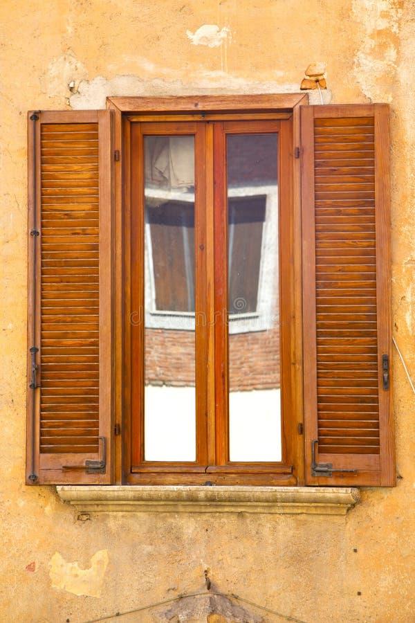 sumário reflexo de varese Italia da janela do besnate imagem de stock