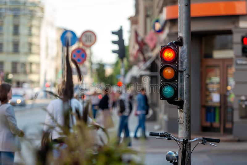 Sumários de ruas metropolitanas com estradas transversaas e li do tráfego imagens de stock