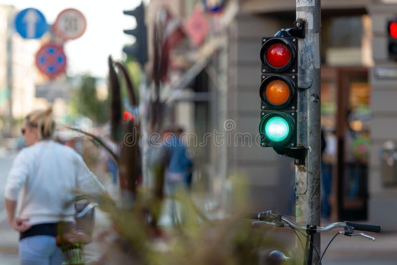 Sumários de ruas metropolitanas com estradas transversaas e li do tráfego imagem de stock royalty free