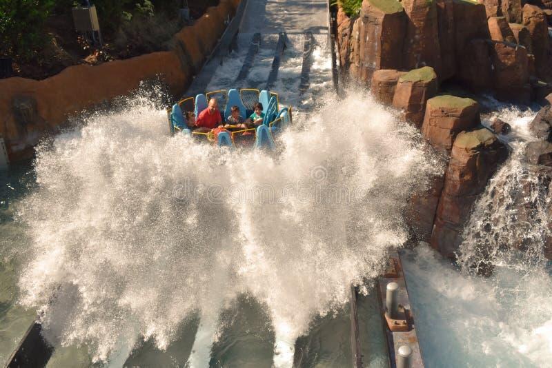 Sumérjase en la caída más alta de este tipo de atracciones, en los parques temáticos del mundo i foto de archivo