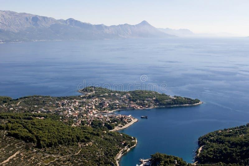 Sumartin by på den Brac ön i Kroatien arkivbilder