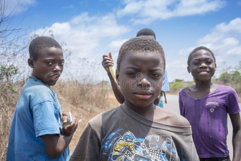 SUMBE/ANGOLA - 28 de octubre de 2017 - retrato de la sonrisa africana rural de los muchachos foto de archivo libre de regalías