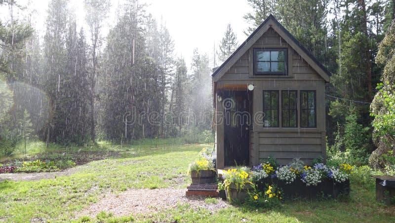 Sumer Rain over Uiterst klein Huis stock afbeelding