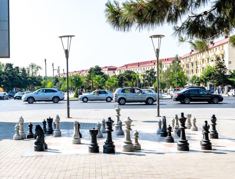 Sumgait, Azerbaijan - 19 de julio de 2018: Tablero de ajedrez al aire libre con los pedazos plásticos grandes Vector de los coche fotografía de archivo libre de regalías