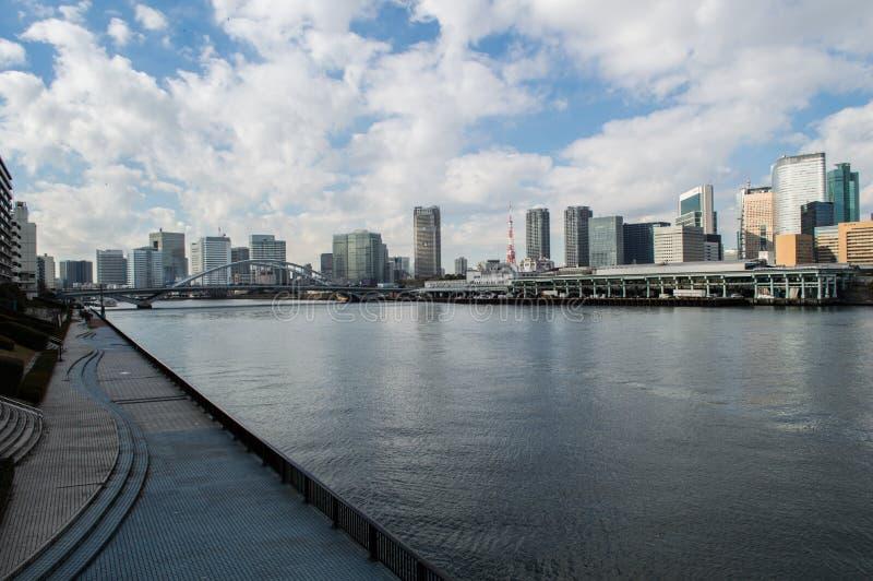 Sumidarivier en Wolkenkrabbers in Tokyo stock afbeeldingen