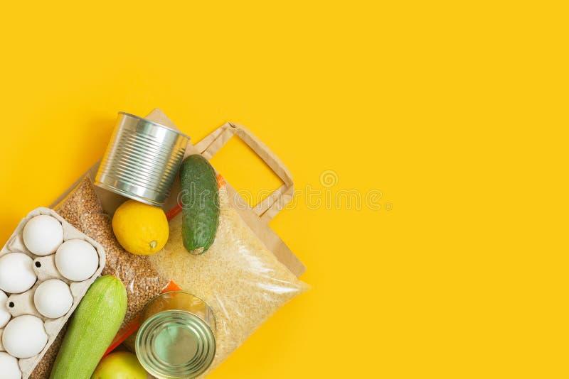 Suministros de alimentos en bolsas de papel Entrega de alimentos, donación, coronavirus fotos de archivo libres de regalías