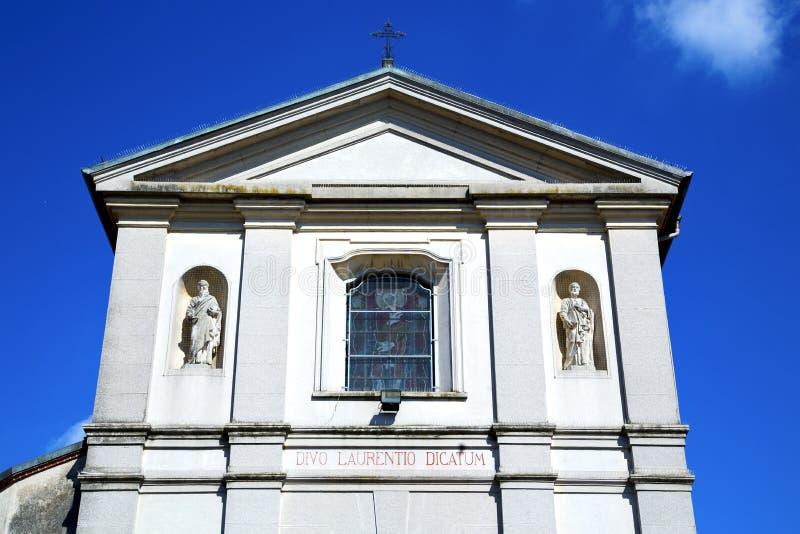 Sumirago kreuzen Wand Kirchenvareses Italien am sonnigen Tag des Himmels stockfoto