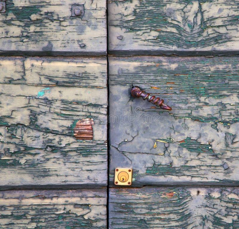 sumirago querer brauner Klopfer in einer hölzernen Tür Varese es stockbilder
