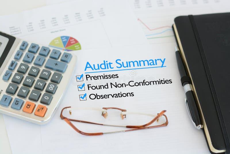 Summarisk rapport för affärsrevision arkivfoton