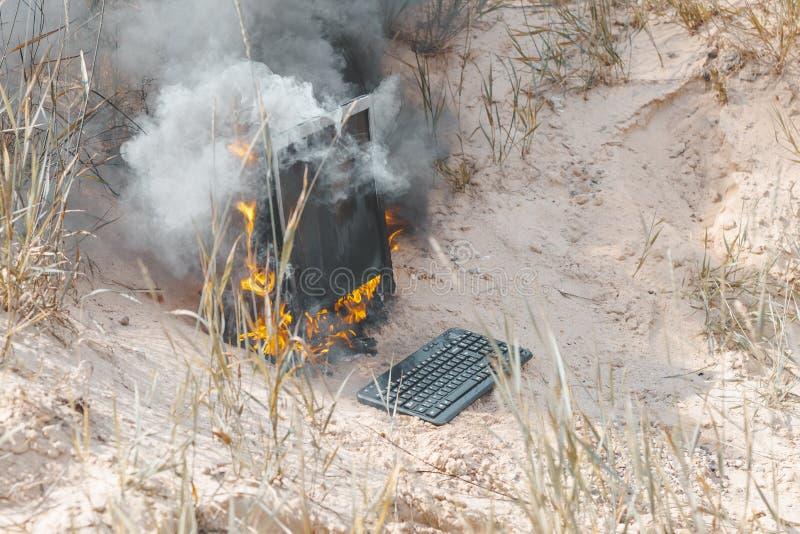 summer achtergrond Heldere zon de monitorbrandwonden met rook Heb een toetsenbord royalty-vrije stock foto's