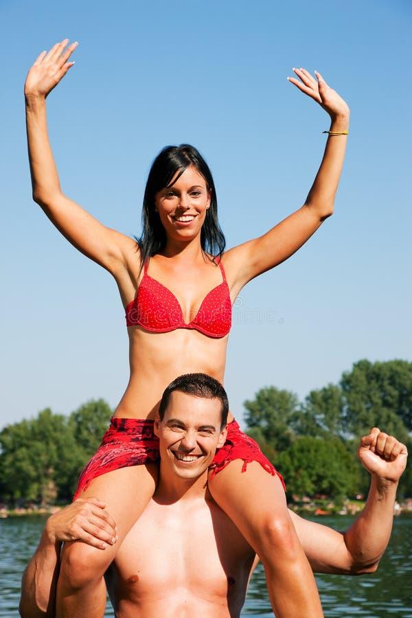 Ноги девушек на плечах парня колебаются, толстосум трахает молодуху