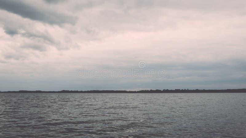 Summer See nahe dem Wald - Weinleseeffekt lizenzfreies stockbild