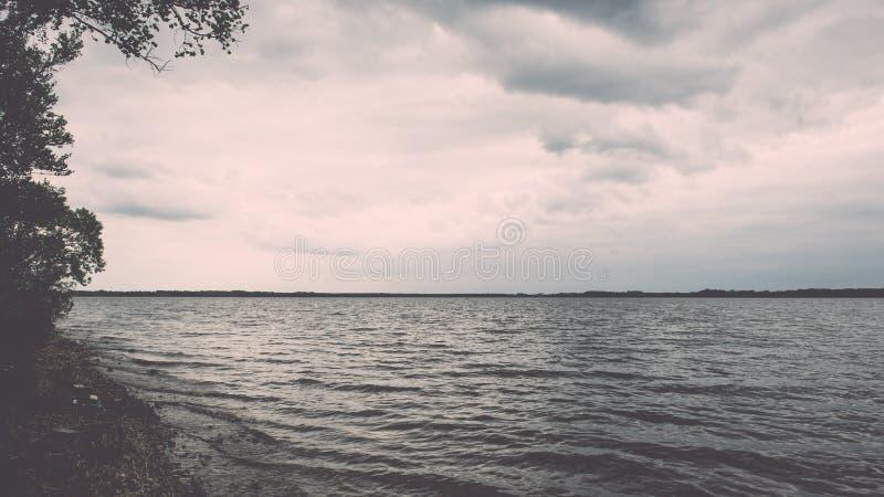 Summer See nahe dem Wald - Weinleseeffekt stockfoto