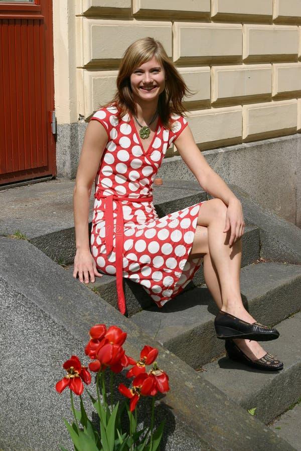 Summergirl bonito em escadas fotos de stock royalty free