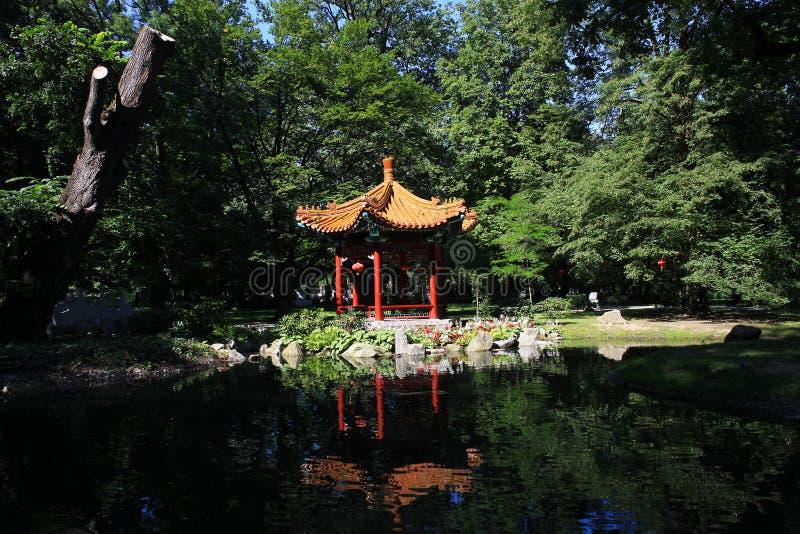 Summerhouse del estilo chino cerca de la charca foto de archivo libre de regalías