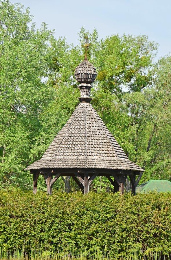 Summerhouse di legno sul lago fotografia stock libera da diritti