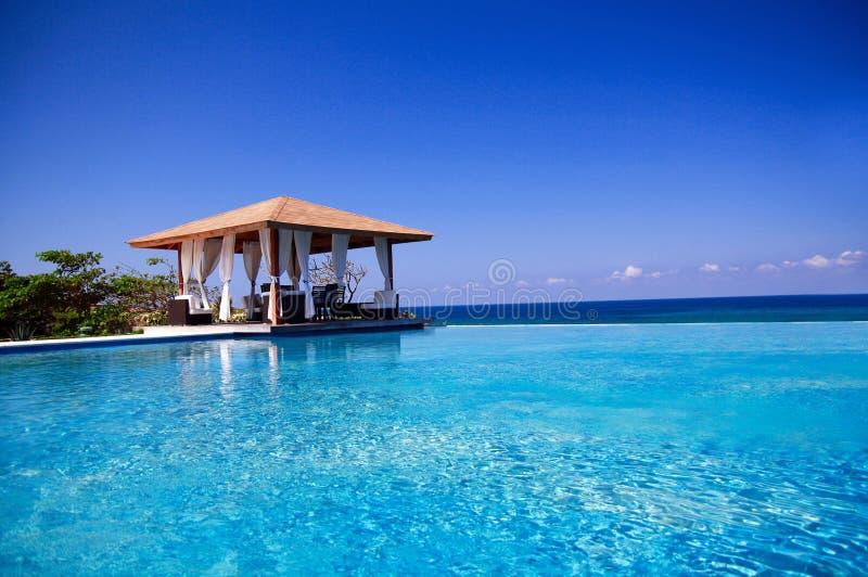 Summerhouse met zwembad dichtbij de Atlantische Oceaan royalty-vrije stock fotografie