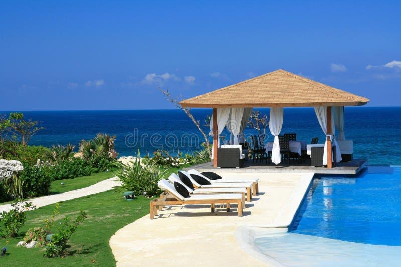 Summerhouse met zwembad dichtbij oceaan stock foto's